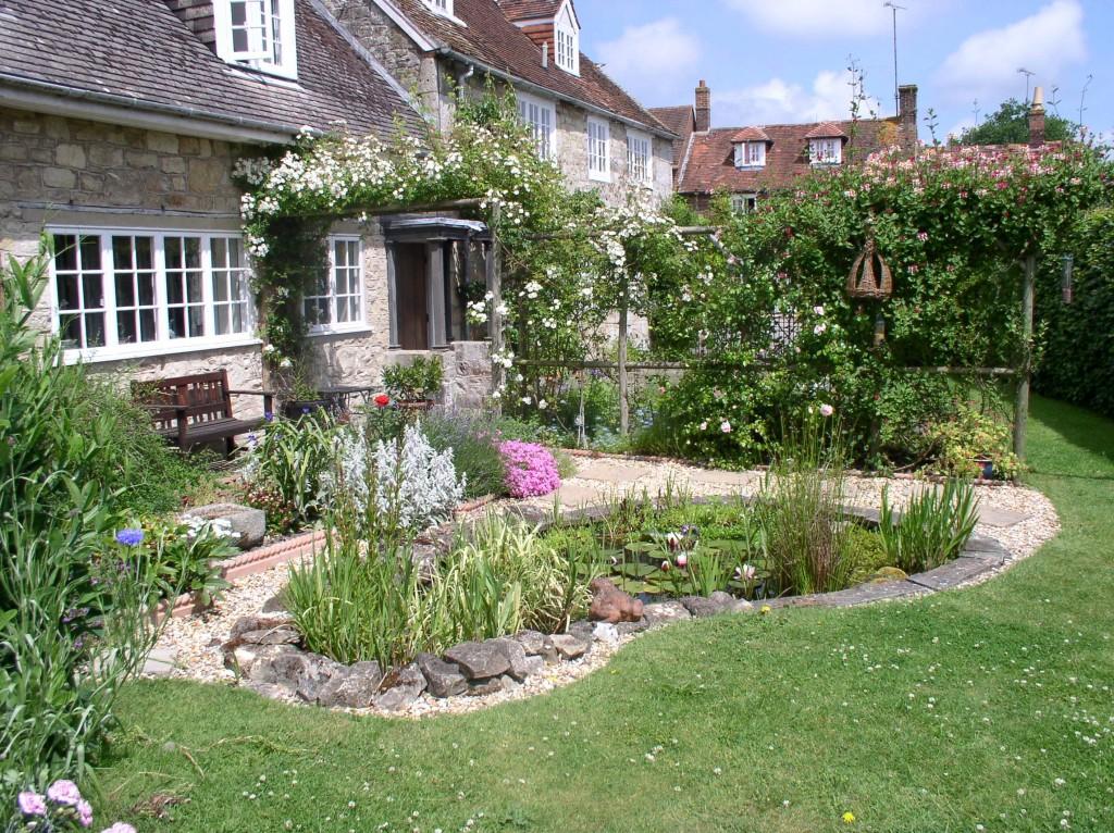 Wildlife garden julia brigdale for Pond designs for small gardens